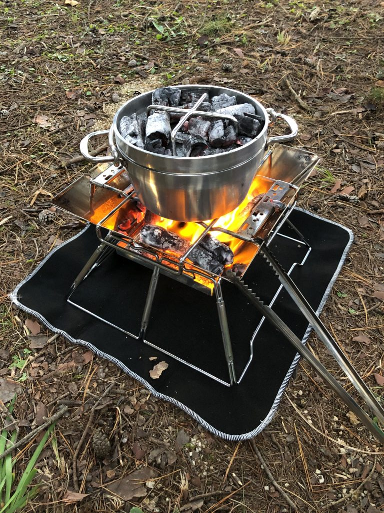 炭を載せたソト(SOTO) のステンレスダッチオーブンで上火調理