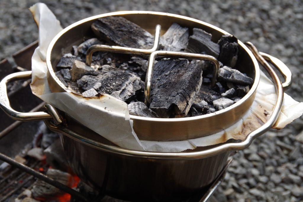 炭を載せたダッチオーブン