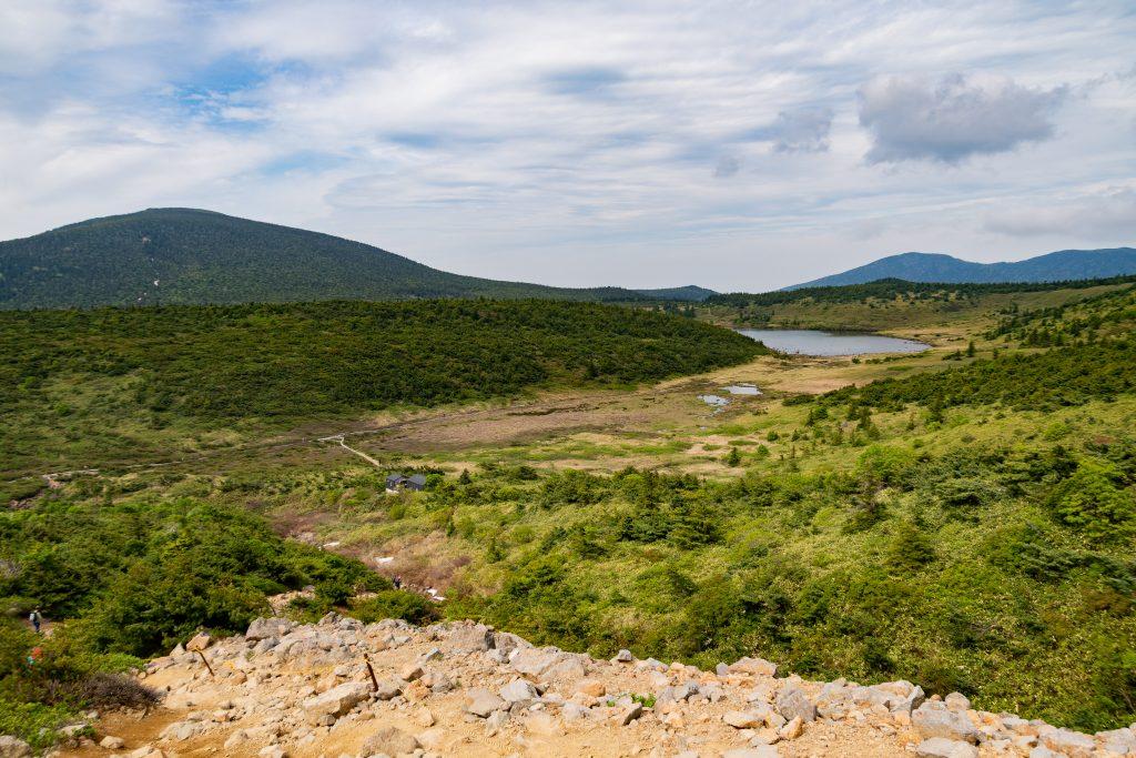 一切経山登山道から見る鎌沼