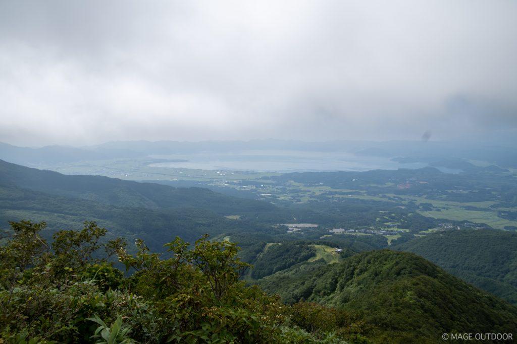 猫魔ヶ岳山頂から見下ろす猪苗代湖