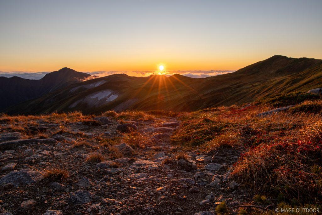 飯豊山本山小屋から見る夕日